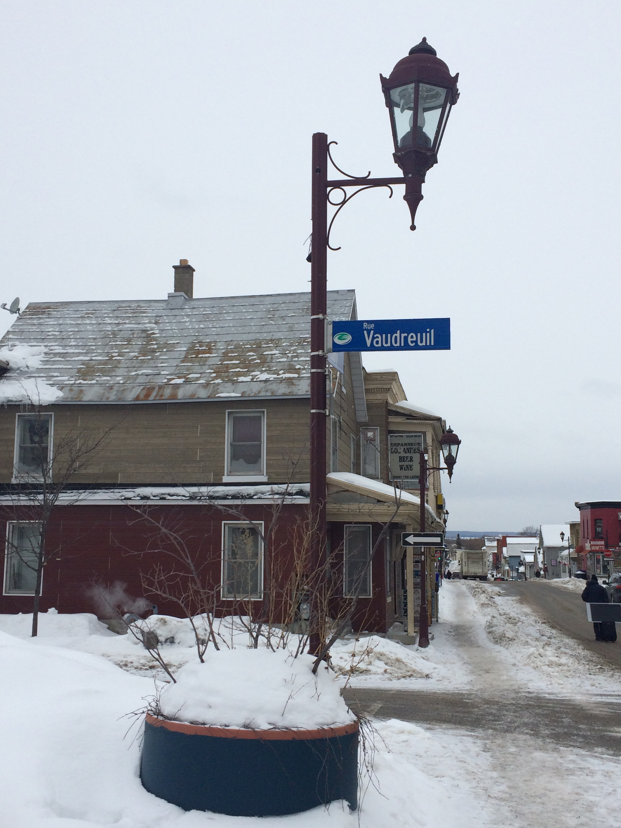 photo of street light and sign for rue Vaudreuil in Hull, QC